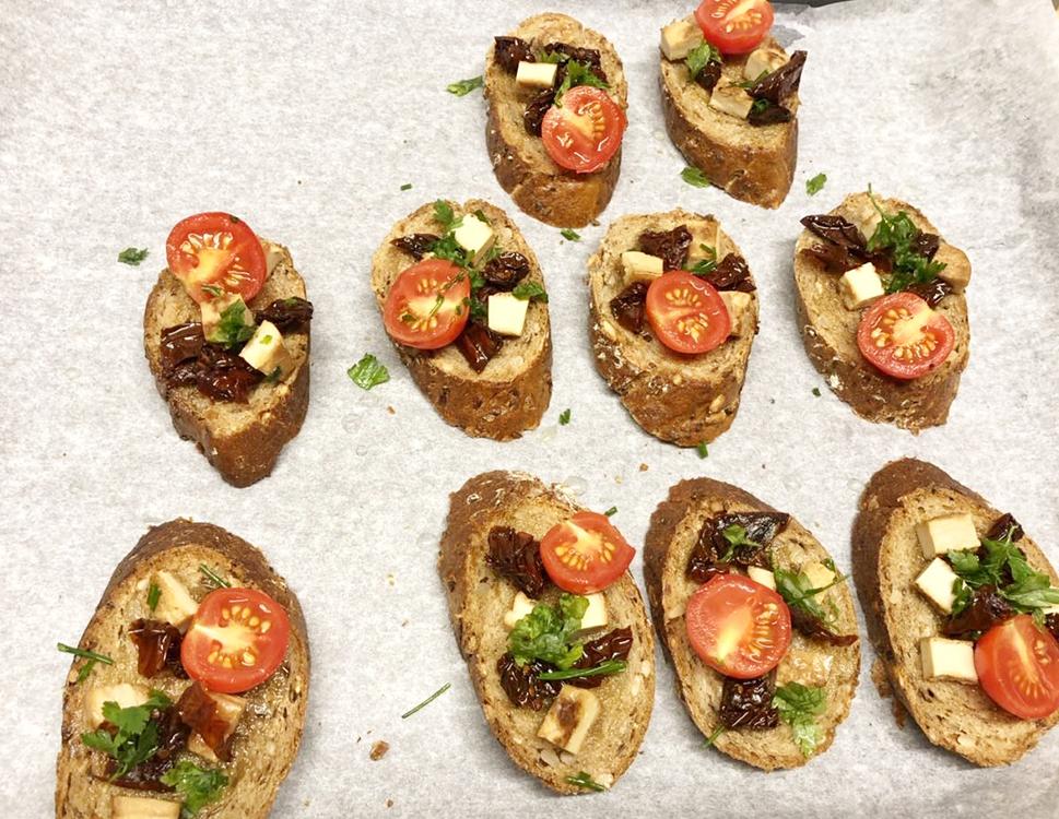 Kockice kuvaju za vege veče – brusketi, proteinska salata